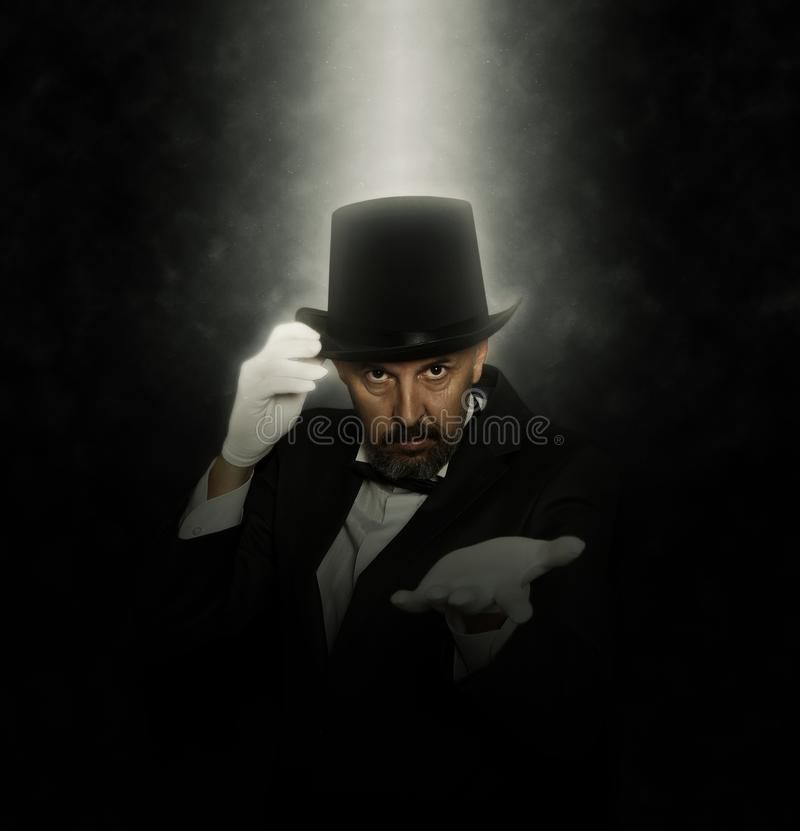 Волшебник в выходке показа верхней шляпы стоковые фотографии rf