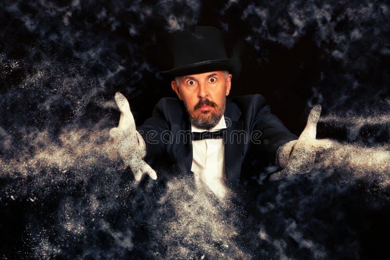 Волшебник в выходке показа верхней шляпы стоковое изображение rf