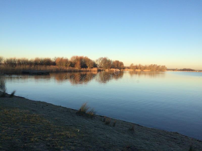 Волшебное в воскресение утром на озере стоковое изображение rf