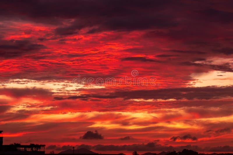 Волшебное нереальное красочное небо на восходе солнца стоковые фотографии rf