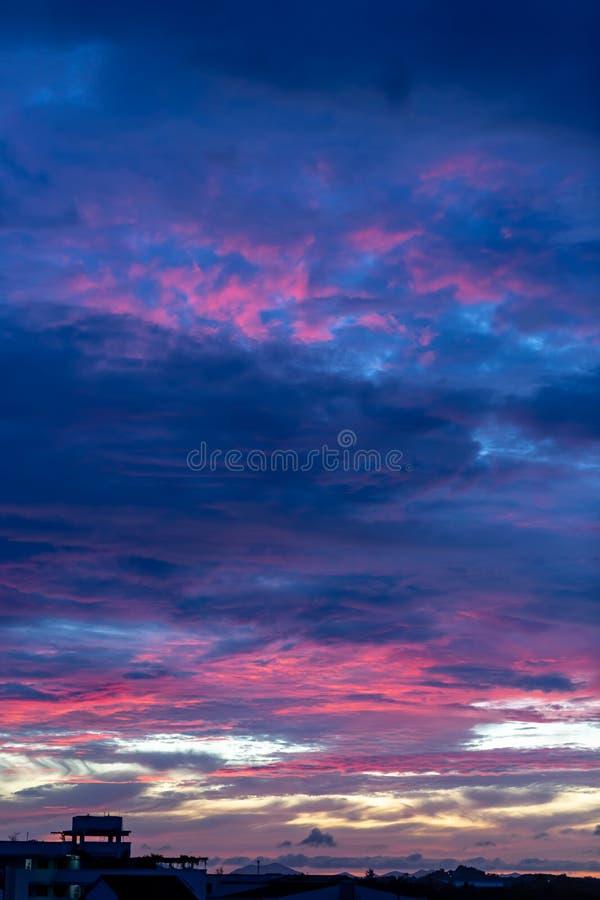 Волшебное нереальное красочное небо на восходе солнца стоковое изображение rf