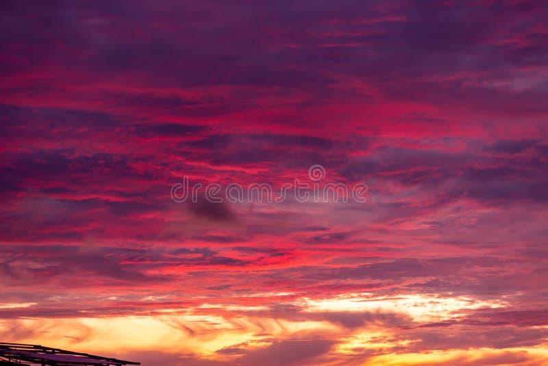 Волшебное нереальное красочное небо на восходе солнца стоковая фотография