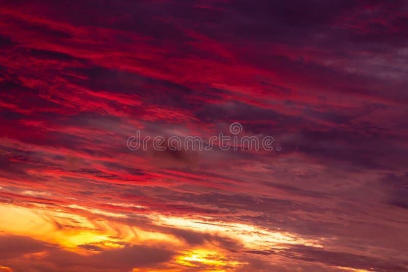Волшебное нереальное красочное небо на восходе солнца стоковые фото