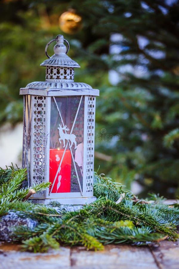 Волшебное украшение рождественской ярмарки: Фонарик со свечой и ветвями ели стоковые изображения