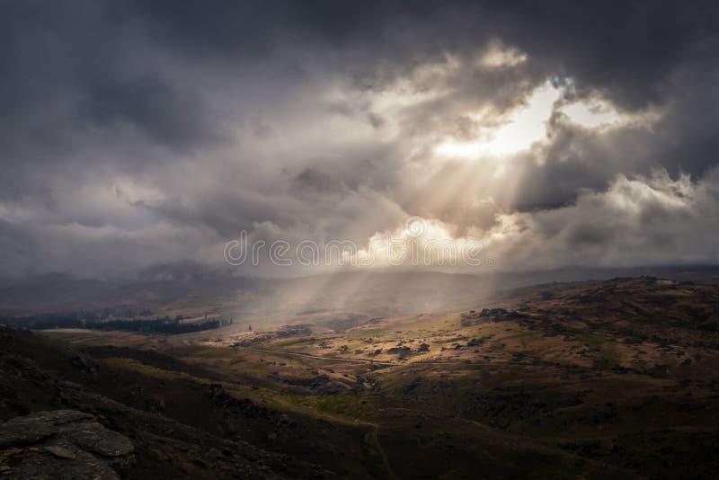 Волшебно луч света светя вниз дальше к ландшафту стоковое фото
