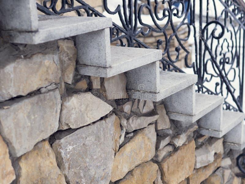 Волшебные каменные шаги идя долгий путь вверх в тоннель свеже зеленого плотного леса стоковое фото