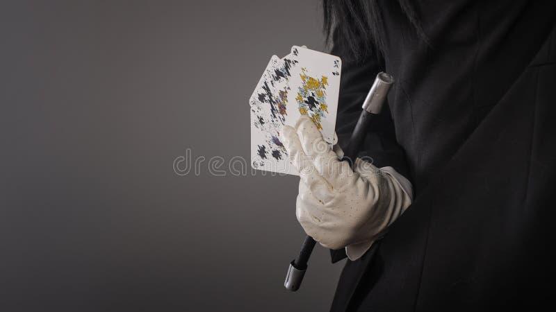 Волшебные палочка и карточки в руках женского волшебника closeup стоковое фото