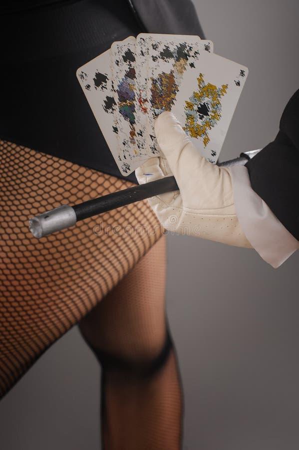 Волшебные палочка и карточки в руках женского волшебника closeup стоковая фотография rf