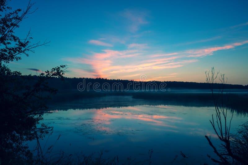 Волшебный восход солнца над озером стоковая фотография rf