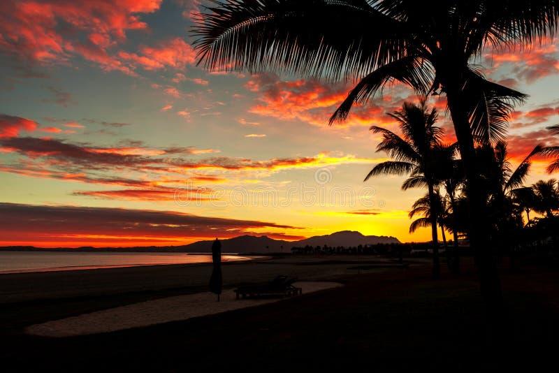 Волшебный заход солнца в Фиджи стоковая фотография rf