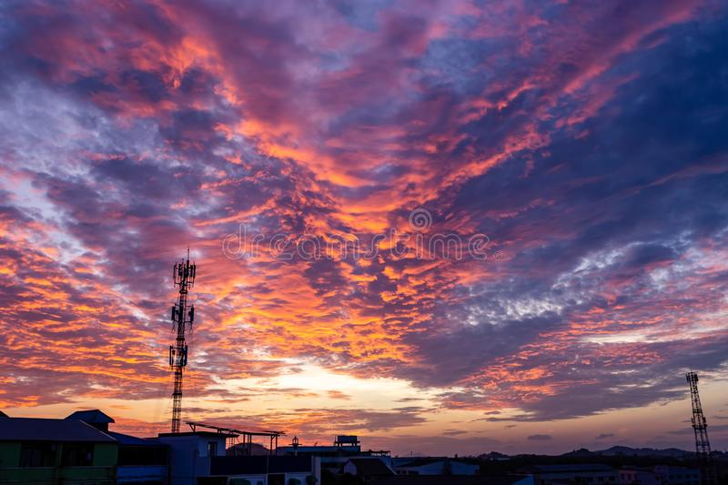 Волшебный нереальный восход солнца с башней антенны сигнала силуэта стоковое изображение