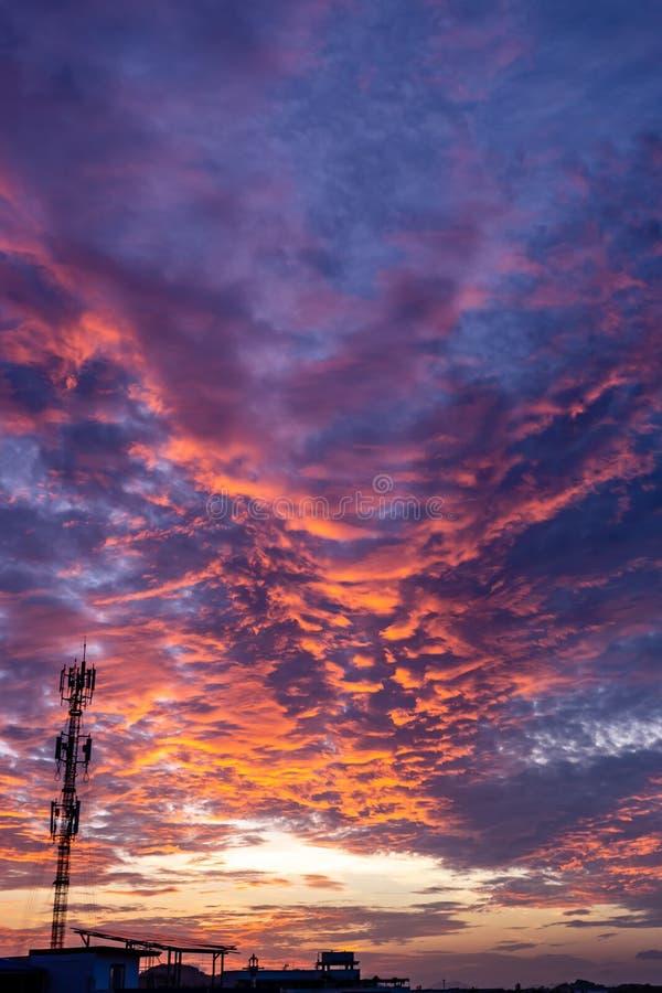 Волшебный нереальный восход солнца с башней антенны сигнала силуэта стоковые фото