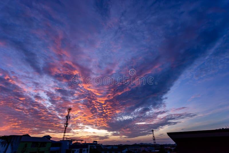 Волшебный нереальный восход солнца с башней антенны сигнала силуэта стоковая фотография