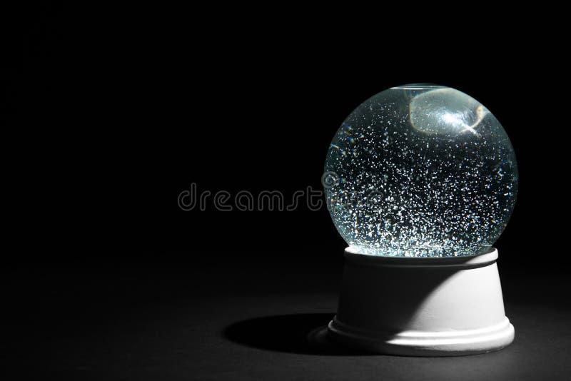 Волшебный пустой глобус снега на темной предпосылке стоковое фото rf