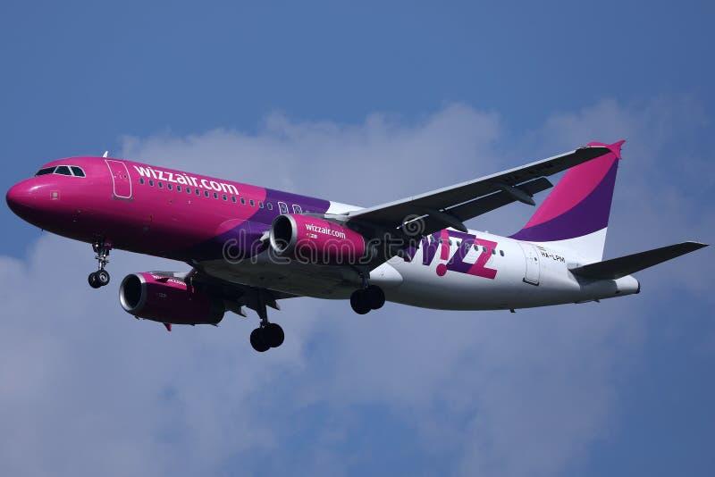 Волшебный самолет приближается к взлетно-посадочной полосе, приземляется стоковая фотография