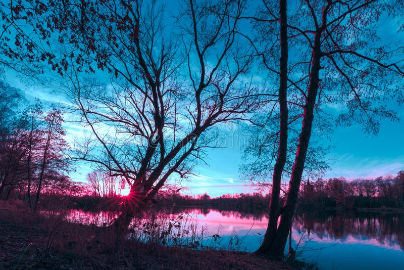 Волшебный свет во время захода солнца на теплом вечере в феврале с ярким теплым светом, темносиним небом и лучами солнца на немце стоковые фотографии rf