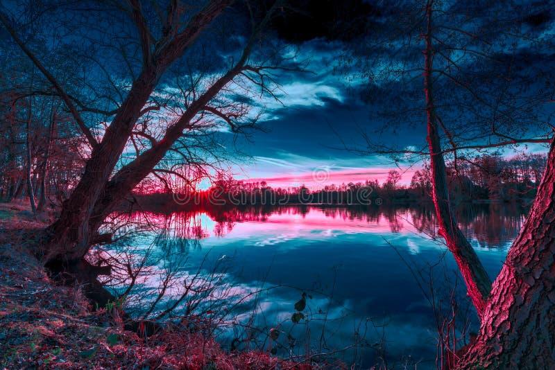 Волшебный свет во время захода солнца на теплом вечере в феврале с ярким теплым светом, темносиним небом и лучами солнца на немце стоковые фото