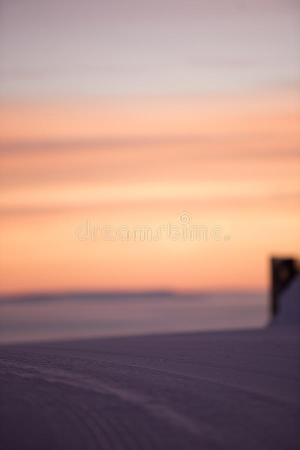 Волшебный туман вокруг Розовое небо, идет снег совсем вокруг, красота лыжного курорта стоковые изображения rf