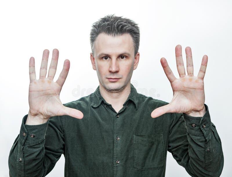 Волшебный фокус Портрет фото молодого европейского показа человека и его раскрытой ладони r стоковое фото