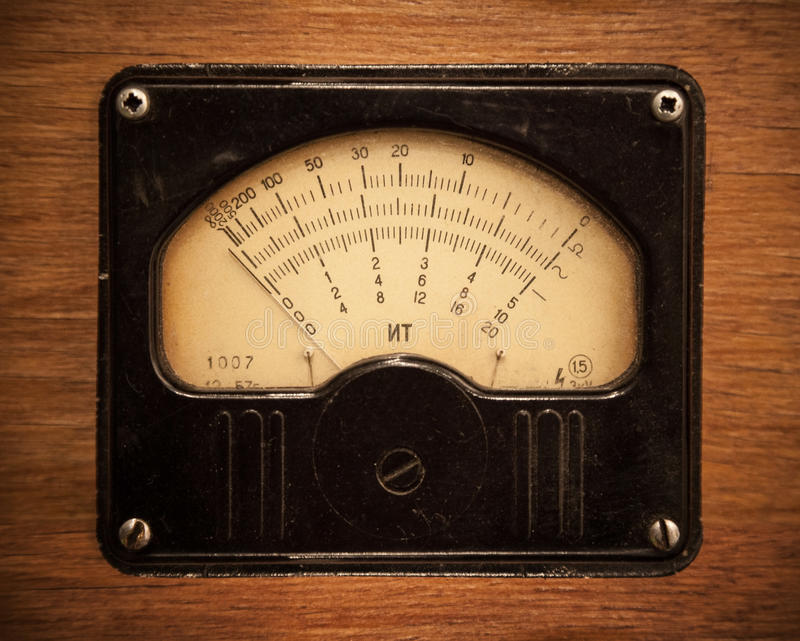 Вольтамперомметр год сбора винограда электрический на деревянной панели стоковая фотография rf