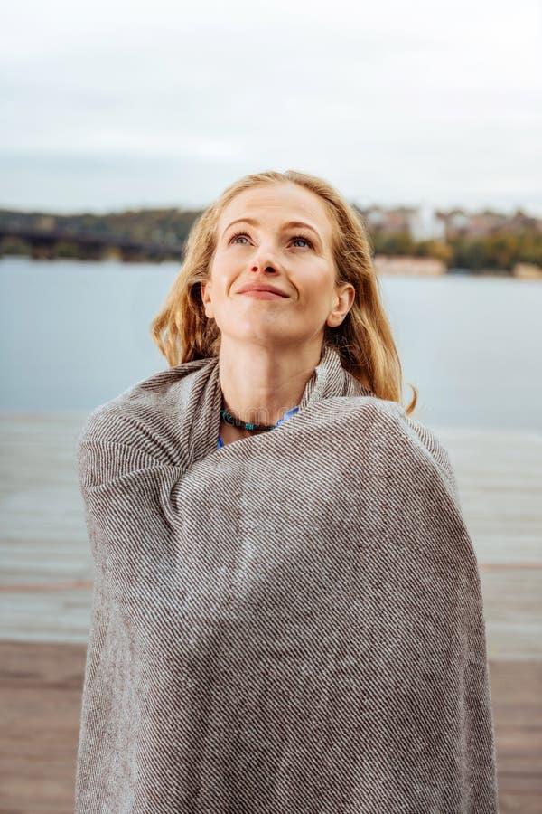Воодушевленная женщина нося коричневую шотландку на открытом воздухе стоковое фото