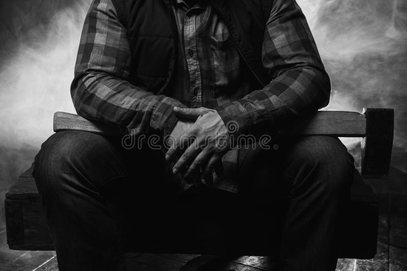Вооруженное axeman в атмосферическом дыме Опасный мужчина стоковое фото rf