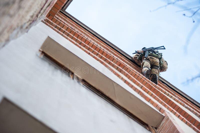 Вооруженные солдаты на краю крыши стоковые фотографии rf