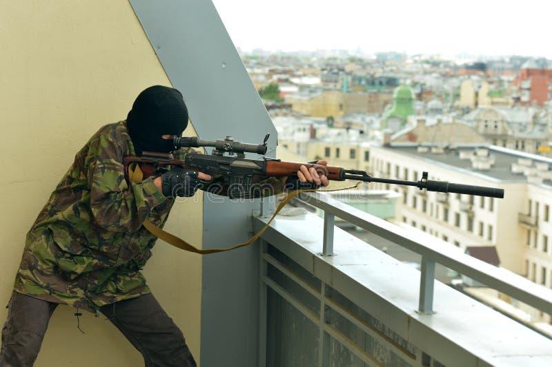 Вооруженный человек с оружием стоковое фото