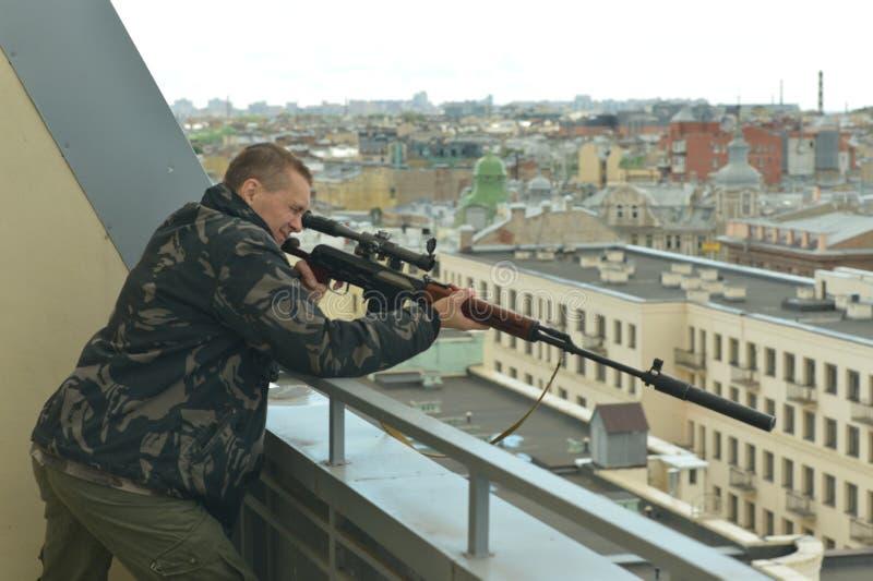 Вооруженный человек с оружием стоковая фотография