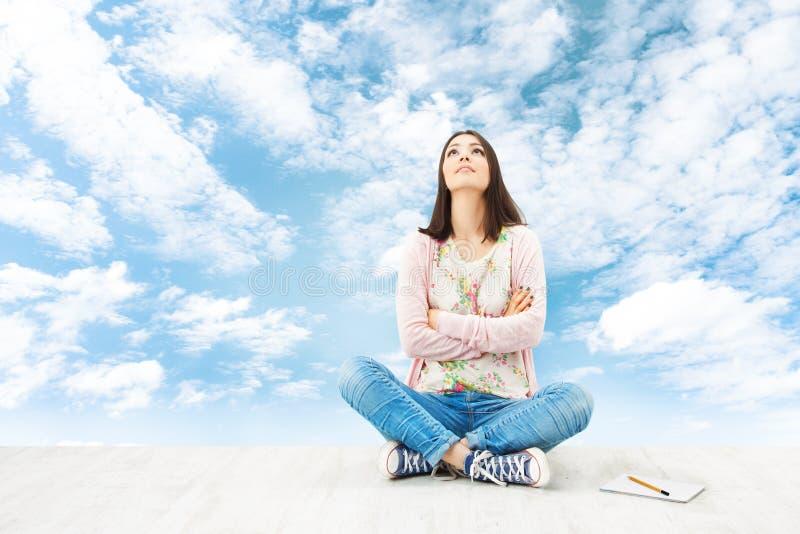 Воодушевленность молодой женщины думая, планируя идея стоковые изображения