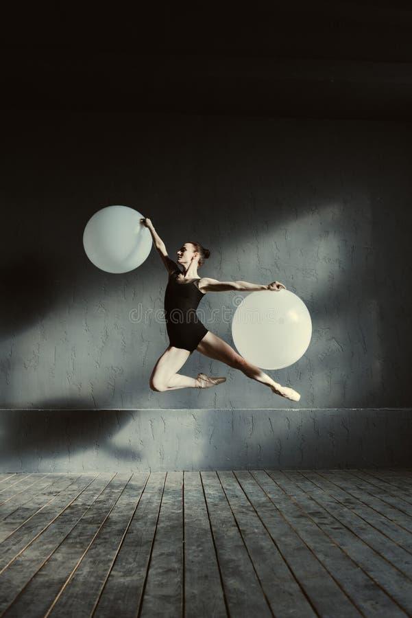 Воодушевленный артист балета демонстрируя ее гибкость стоковые изображения rf