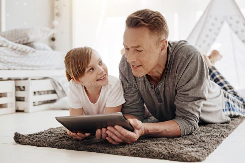 Воодушевляя умный человек объясняя что-то к его ребенку стоковое изображение rf