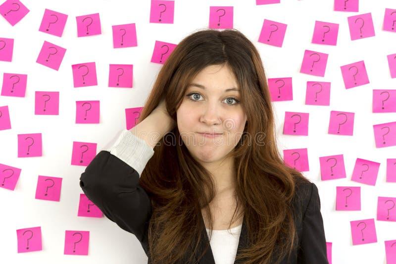 Вопросительные знаки примечаний молодой женщины розовые липкие стоковая фотография rf