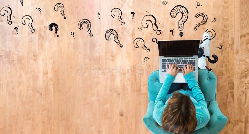Вопросительные знаки с женщиной используя ноутбук стоковые фотографии rf