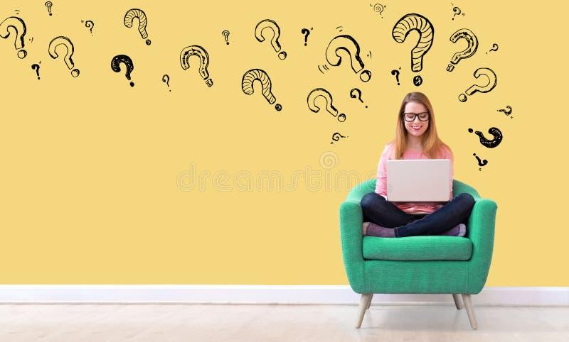 Вопросительные знаки с женщиной используя ноутбук стоковые изображения rf