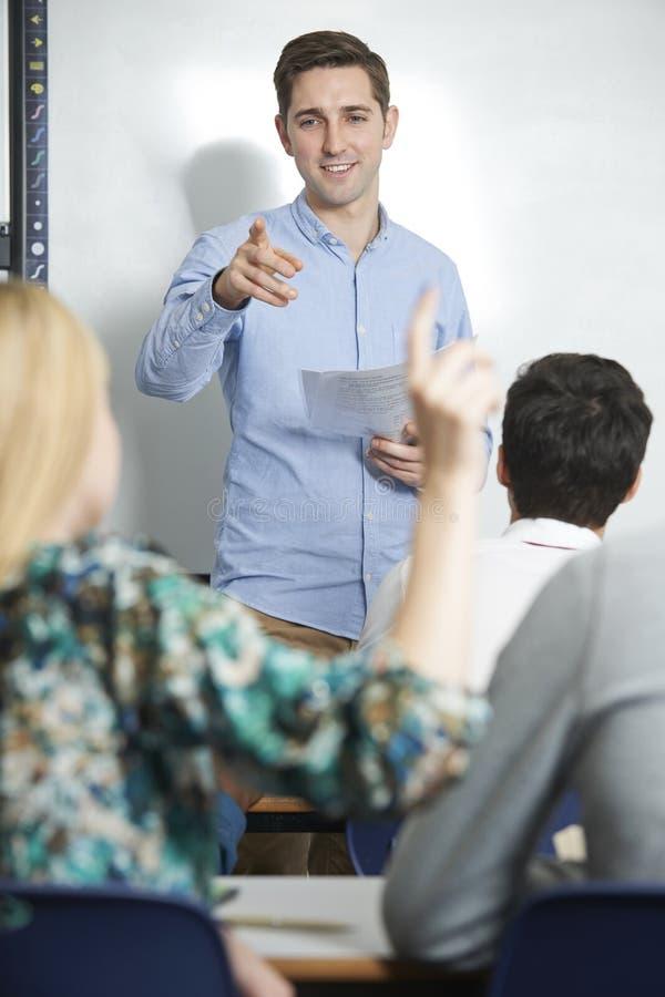 Вопрос о зрачков учителя отвечая в классе стоковое изображение rf