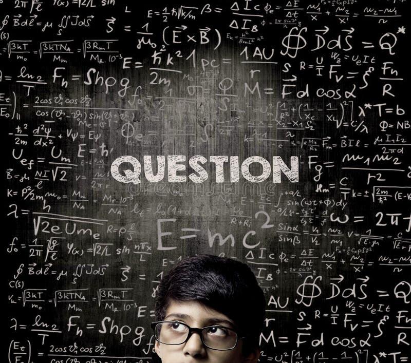 вопрос Стекла Chalkboa половинного мальчика гения стороны думая нося стоковая фотография