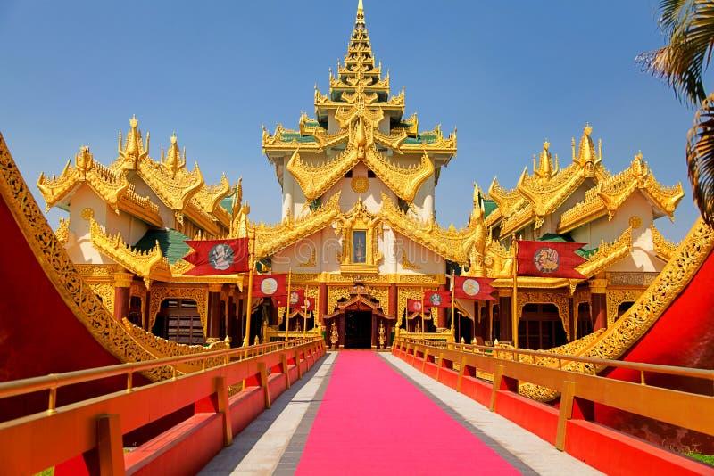 дворец yangon myanmar karaweik стоковые изображения