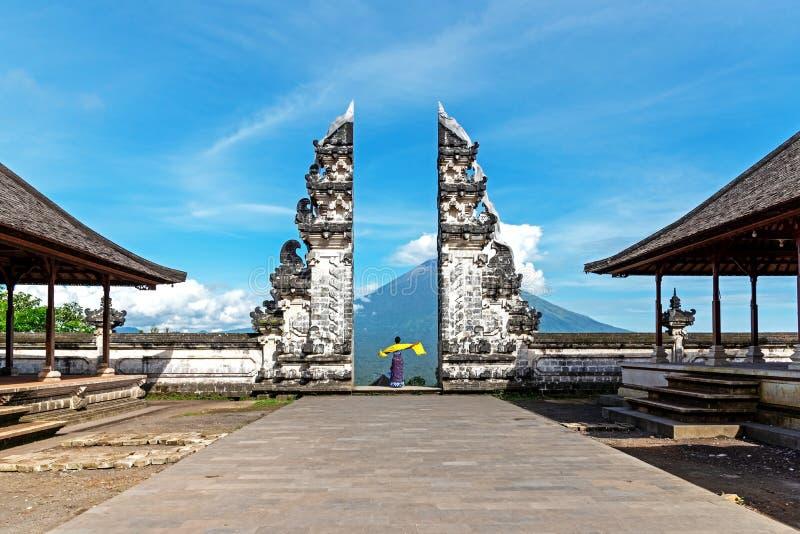 Ворота на Pura Lempuyang Luhur с г-ном Agung Вулканическ Взглядом, священным виском Индуизма в Бали Индонезии стоковые изображения