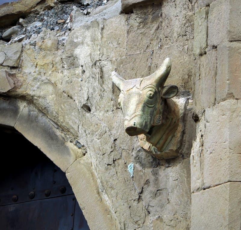 Ворота собора Svetitskhoveli в Грузии, головы быков над воротами стоковая фотография rf