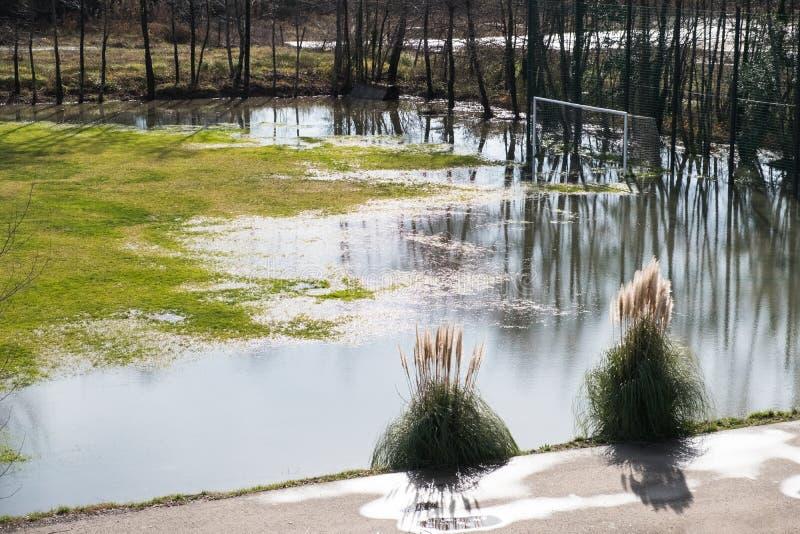 Ворота футбола на затопленном поле стоковые фотографии rf