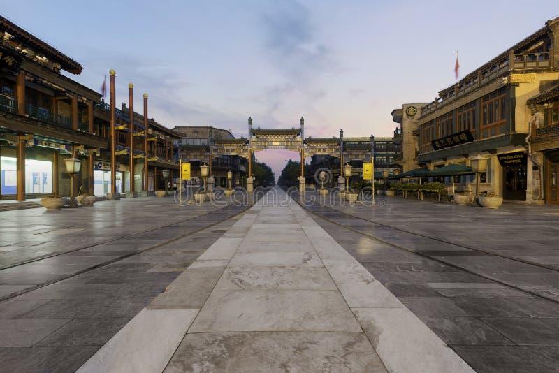 Ворота Jianlou Пекин Zhengyang вечером в улице Qianmen в городе Пекин, Китае стоковые изображения rf