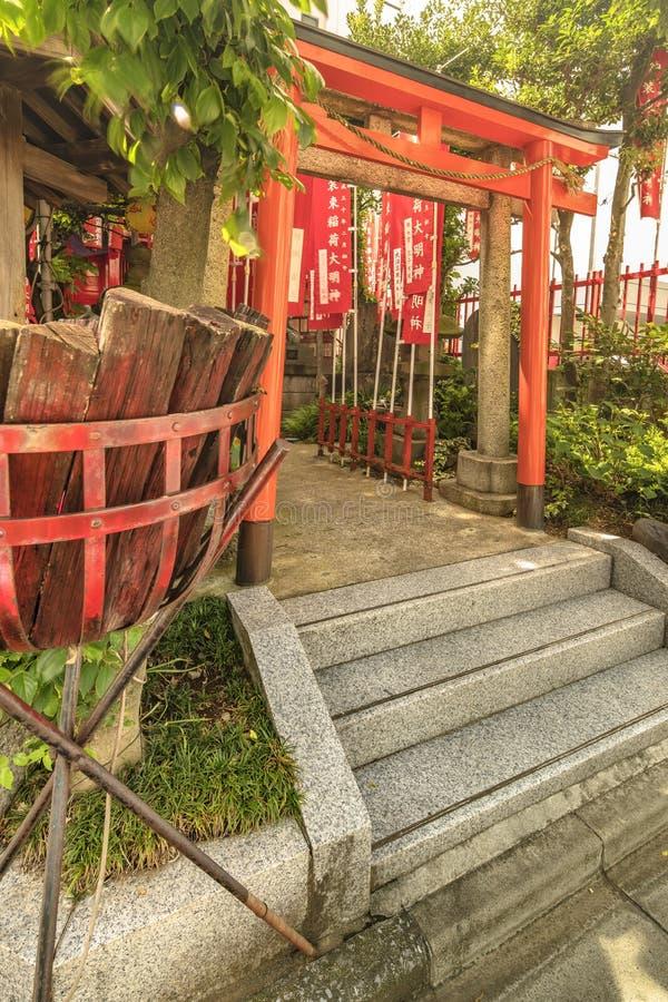Ворота Torii небольшого синтоистского Santuary предназначили к Uga-никакому-Mita стоковые изображения