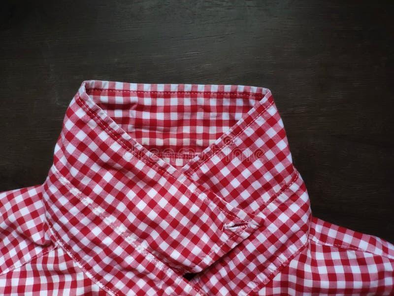 Воротник картины шотландки рубашки установил на деревянном столе стоковое изображение rf