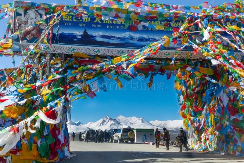 Ворот к Mt Эверест основало лагерь вполне флагов молитве расположенных около Шигадзе, Тибета стоковые фото