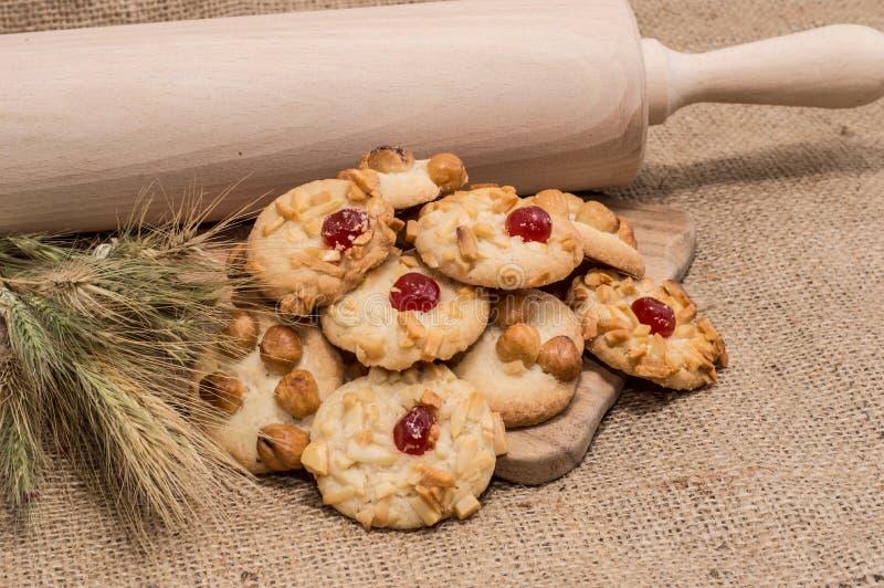 Ворох смешанных печений на деревенской предпосылке стоковое фото rf