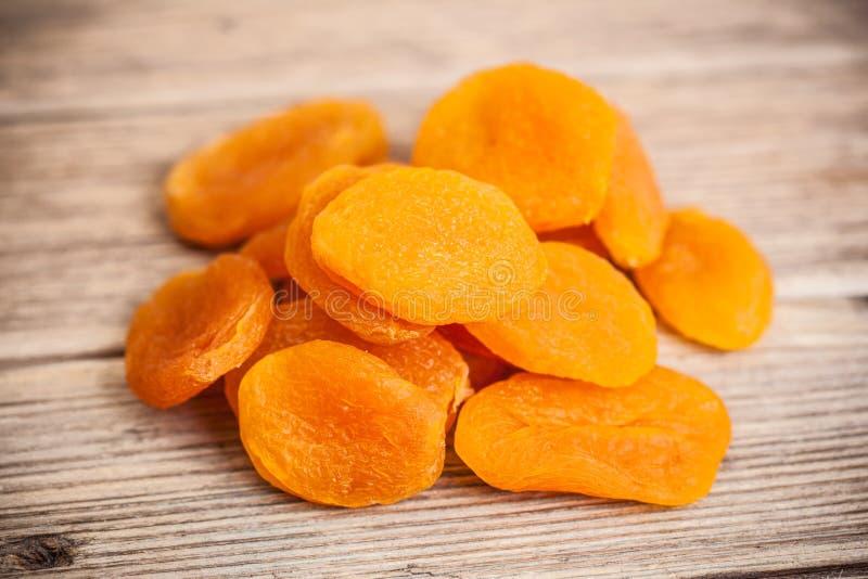 Ворох close-up высушенных абрикосов стоковая фотография rf