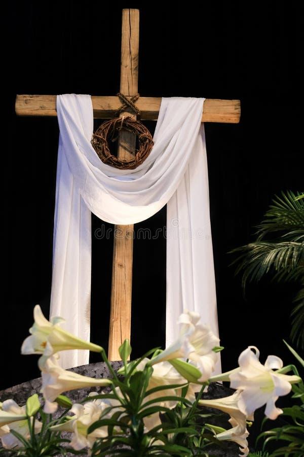 Воскресение пасхи - лилии, крест и крона терниев стоковые фото