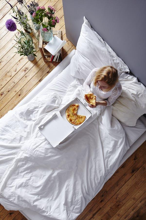 Воскресенье в кровати стоковая фотография