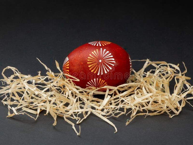Воск сопротивляется покрашенному пасхальному яйцу на черной предпосылке : стоковая фотография